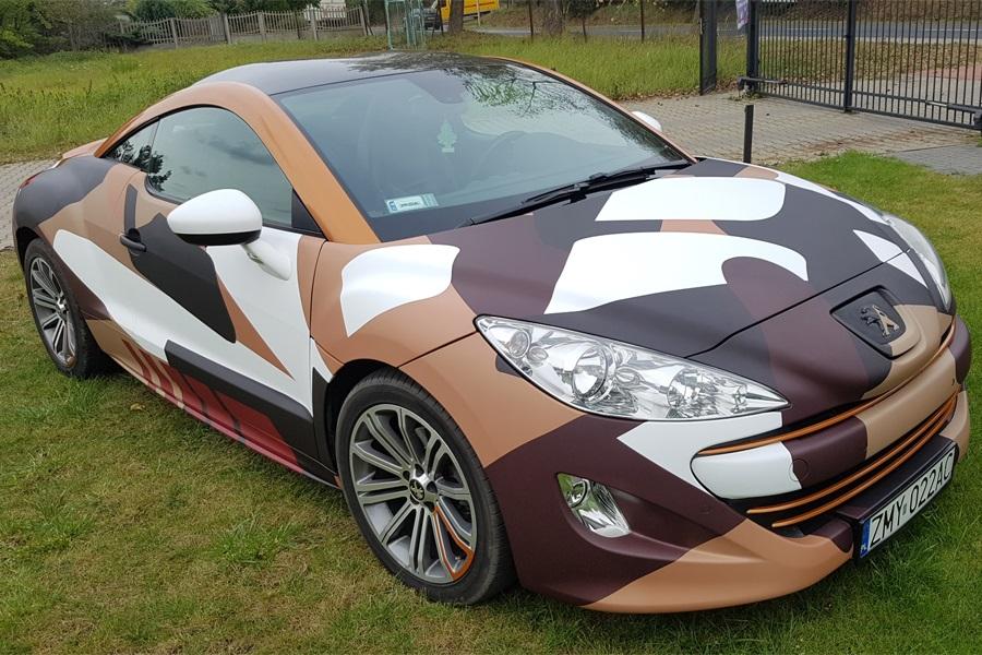 Nietypowe oklejenie samochodu Peugeot
